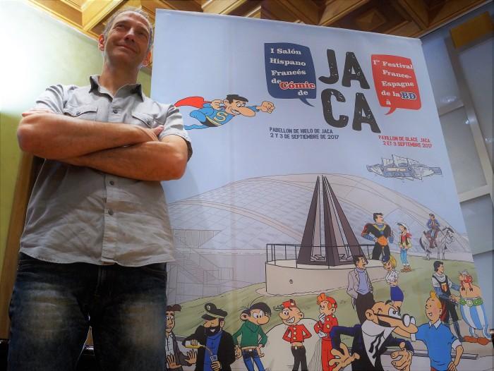 Chesús Calvo, junto al cartel