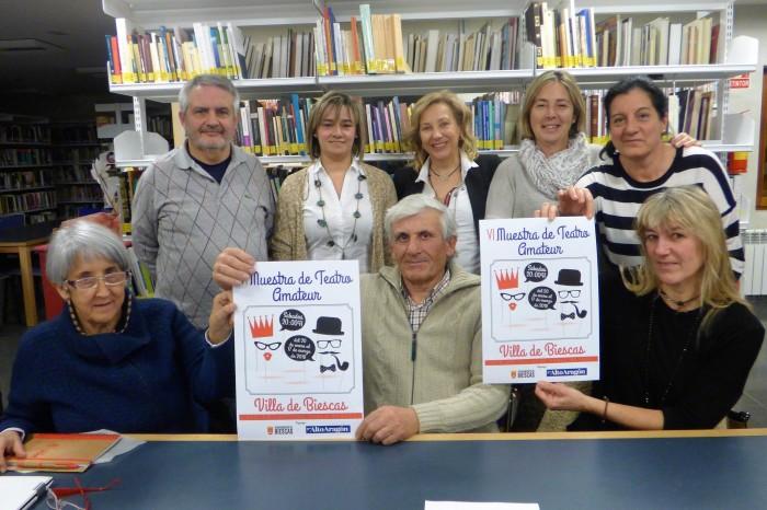 9-12-17 El COmite Organizador de la Muestra teatro Amateur Villa de Biescas con el cartel de la sexta edición del certamen 00.JPG